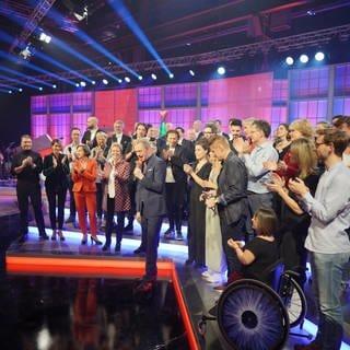 Das ganze Team hinter der Show auf der Bühne (Foto: SWR, Stephan Dinges)