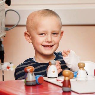 Krebskranker Junge lacht in die Kamera (Foto: Förderverein für Tumor- und Leukämiekranke Kinder e.V. Mainz, Carsten Costard)