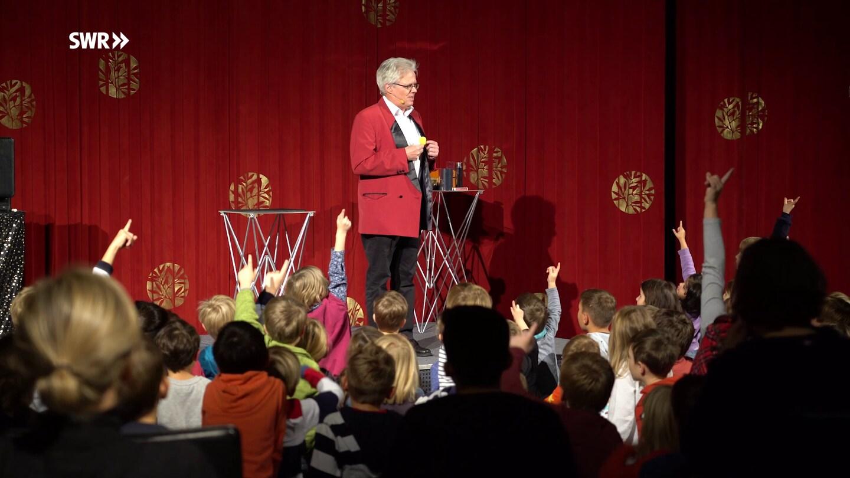 Zauberer Talis auf der Bühne (Foto: SWR)