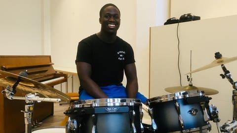 Nicci Appiah mit seinem Schlagzeug. (Foto: Herzenssache)