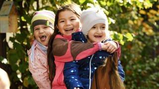 Kinder lachen zusammen (Foto: Carsten Costard)