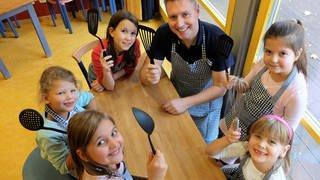 Kindern beim Vater-Kind-Kochen in Mainz (Foto: Herzenssache)