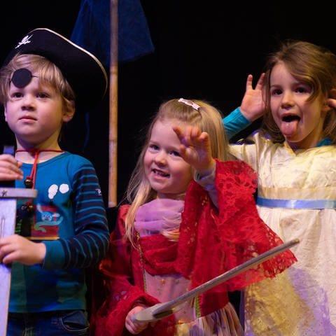 Kinder spielen gemeinsam Theater (Foto: Herzenssache)