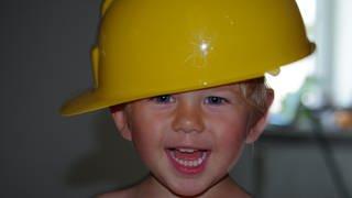 Junge mit Bauhelm (Foto: Herzenssache)