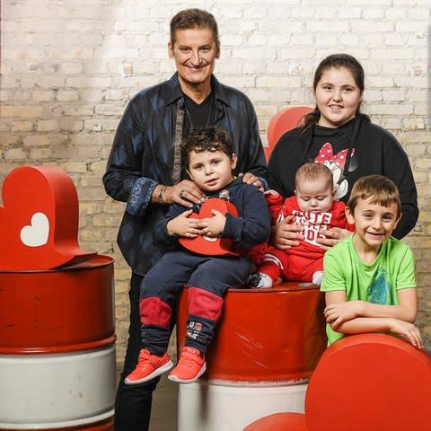 Hartmut Engler mit Kindern  (Foto: Herzenssache)