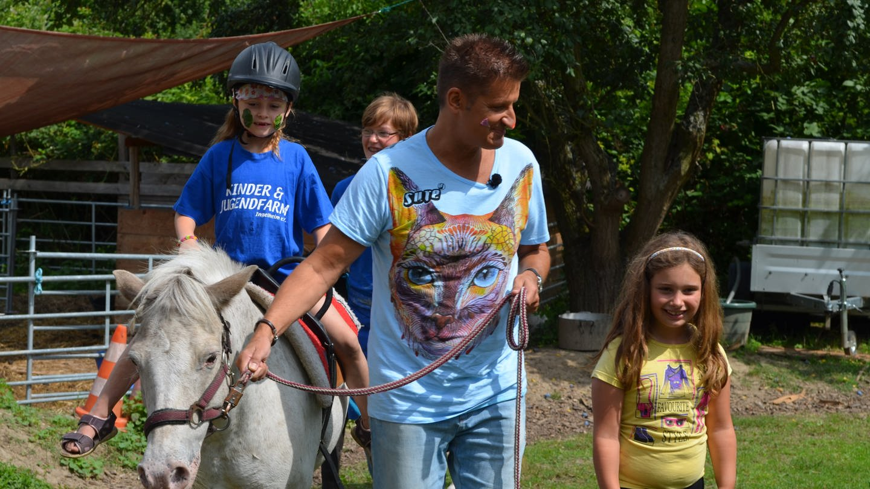 Hartmut Engler besucht Kinder- und Jugendfarm in Ingenheim (Foto: Herzenssache)